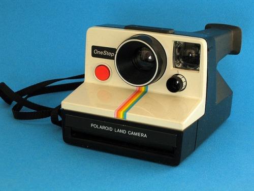 På torsdag har du chansen att lägga beslag på fantastiskt fina Polaroidkameror på www.bamarang.se! Tills dess -läs på om hur kamerorna funkar påThe Impossible project (http://www.the-impossible-project.com)! The Impossible project är en otrolig historia - 25 Polaroidanställda köpte 2008 den sista och nedläggningshotade fabriken för Polaroidfilm. Där tillverkar de nu sprillans ny film till de gamla Polaroidklassikerna…