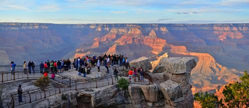 Los visitantes del Sistema de Parques Nacionales ha contribuido más de $ 31 millones de dólares para las economías locales y el apoyo de 258.000 puestos de trabajo en 2010, un aumento de $ 689 millones y el empleo de 11.500 en 2009, según un informe emitido por el Servicio de Parques Nacionales today.In esta imagen, algunos de los a los visitantes disfrutar de las impresionantes vistas de Mather Point en Parque Nacional Grand Canyon.  Foto: Servicio de Parques Nacionales