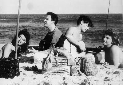 João Gilberto e Tom Jobim levam um som na praia. Queria ser uma dessas moçoilas. Que nada, queria ser o próprio João Gilberto!