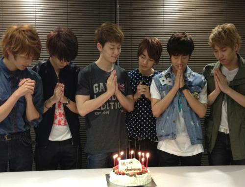 RT @officialBFjp: BOYFRIENDが韓国でデビューして1周年を迎えました!1周年を迎えることが出来たのも、ひとえに皆様の声援あっての事だと思います。日本でもファンの皆様への感謝の気持ちを込めてケーキでお祝いしました!これからも応援宜しくお願いします!