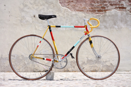 Treviso, Italy's Biascagne Cicli and painter Riccardo Guasco have partnered for a fixed gear bike whose proceeds will go to City of Hope – an organization that looks to combat childhood leukemia. Drawing from a color palette that reflects the rebirth of spring, the bike has a layered appeal and points to inspiration from art deco, tribal tattoos and Red Indian Comics. Other amenities include a Gipiemme 52T crankset, Pinion drive, MKS track pedals with cages and straps, Ambrosio rims and 3TTT handlebars. Priced at €1,222 EUR (approximately $1,520 USD), 100% of the proceeds will go to charity.