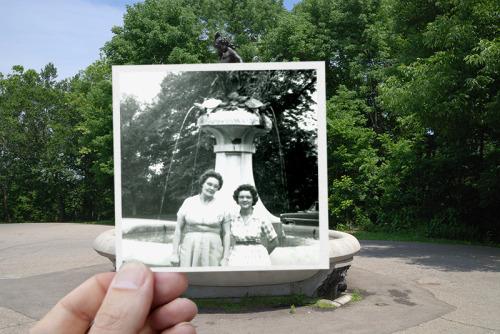 Cher Photographie, En 1959, ils se tenaient côte à côte, à la fontaine de Hogan à Louisville, Kentucky. Ma mère avait tout juste diplômé de l'école de soins infirmiers et ma grand-mère sont venus visiter et de célébrer. Plus de 50 ans plus tard, la fierté d'une mère pour sa fille n'a jamais fades.Mark