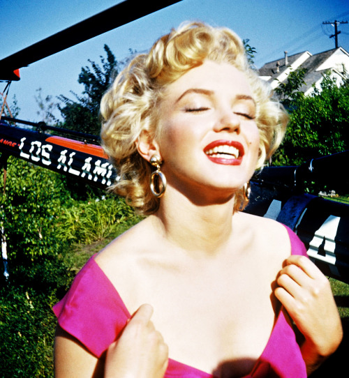 Marilyn Monroe Looking Gorgeous In A Pink Dress And Gold Earrings On The Set Of 1953 Film Niagara This Is Probably One My Favorite Pictures