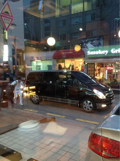 [FANTAKEN] 121004 Hyunsik in front of Cube Cafe