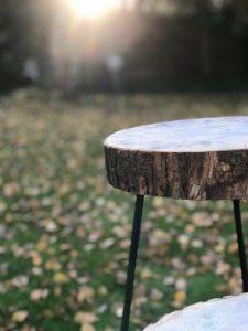 Beistelltisch aus Eichenholz mit einer Holzscheibe als Tischplatte
