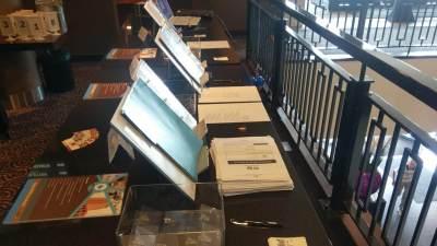 Registratietafel waar bezoekers zich kunnen aanmelden voor het congres