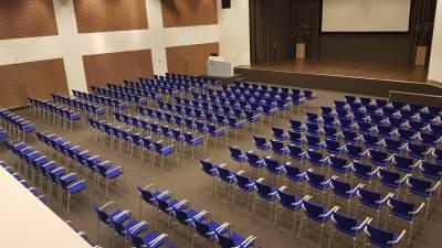 Grote congreszaal van de locatie
