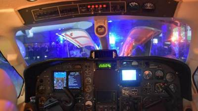 Een foto van binnenuit de cockpit van een vliegtuig