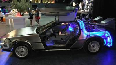 Back to the Future DeLorean zij aanzicht met beide vleugeldeuren open