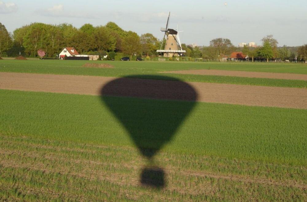 Bedrijfsuitje in Utrecht - Ballonvaart, schaduw van een luchtballon