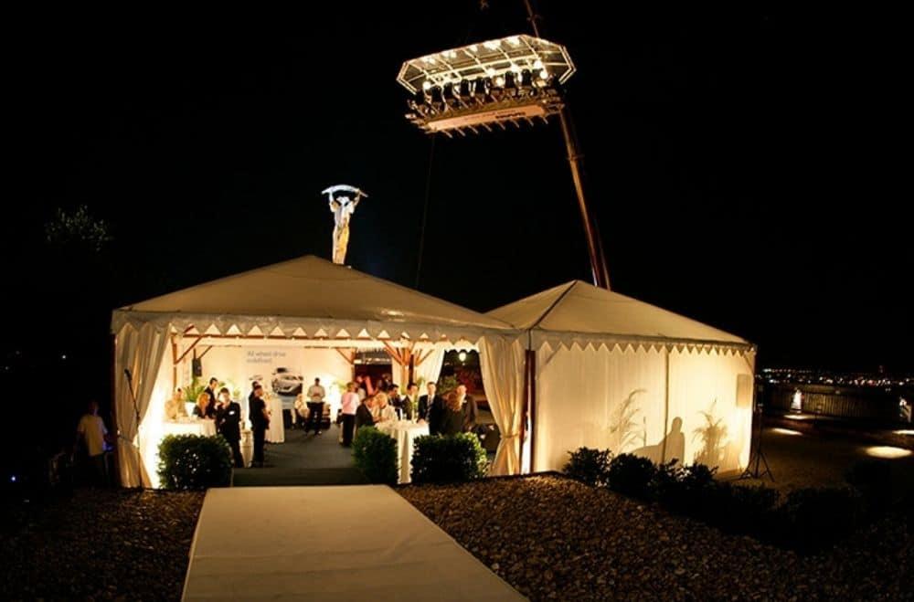 Evenement in de lucht tenten gasten ontvangen verlichting. All inclusive event