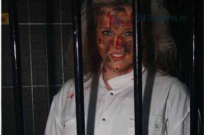 Halloween feest organiseren gewonde vrouw in kooi