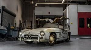 Un Mercedes 300SL Gullwing asteapta sa fie vopsit de peste cinci decenii