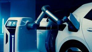Volkswagen începe testele cu roboții mobili pentru încărcarea automobilelor electrice