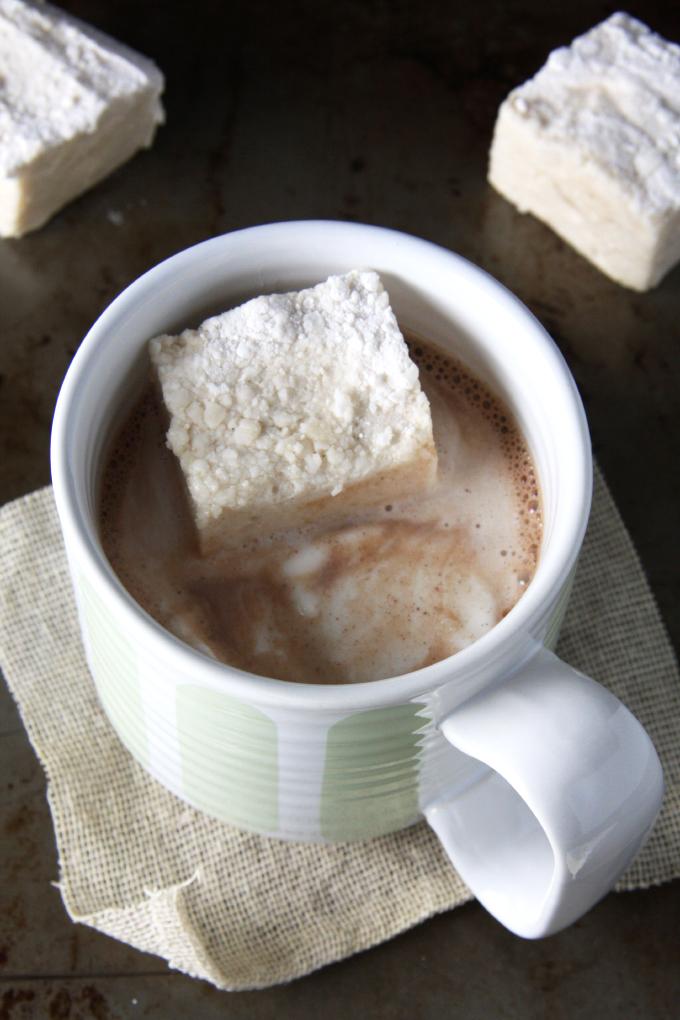 Homemade Maple Vanilla Bean Marshmallows // 24 Carrot Life #vanillabean #maple