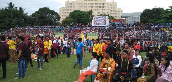 Warga masyarakat Kota Manado tumpah ruah di Stadion Klabat / Foto : Retno Wulandari - Komsos KWI