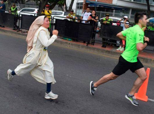 Suster Carmen Vilches berlari dalam lomba Semi Maraton Cúcuta/Foto Courtesy: Para Suster Trovadoras Ekaristi