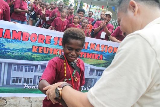 Wakil dari Keuskupan Timika menerima gelang tanda peserta/PEN@ Katolik/pcp