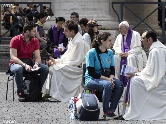 Paus Fransiskus dan para imam memberikan Sakramen Rekonsiliasi kepada OMK