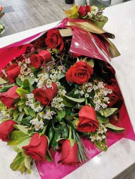 12 Stems Long Stems Big Head Red Roses in Presentations Bouquet