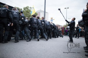 dierechtehbf9 - Police pushing counter protest back