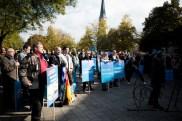 """While speeches are held protesors repetivly scream: """"Merkel muss weg"""" & """"Lügenpresse"""""""