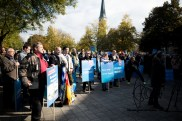 "While speeches are held protesors repetivly scream: ""Merkel muss weg"" & ""Lügenpresse"""