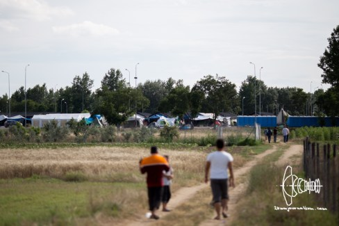 Refugees from military camp walking towards evicted Ekostation camp.