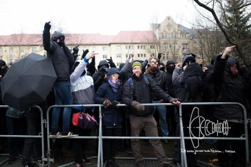 18.03.2017 - Neonazis um die Kleinstpartei 'Die Rechte' wollen durch den links-alternativen Stadtteil Leipzig, Connewitz demonstrieren. Das Verwaltungsgericht verlegt die Route in die etwas nördlich gelegene Südvorstadt. Bereits am 12.12.2015 marschierten hier Rechtsextremisten. Es kam zu massiven Ausschreitungen zwischen Polizei und Gegendemonstranten. Etwas mehr als ein Jahr später sind über 1700 Beamte im Einsatz um Zusammenstöße zwischen Gegenprotest und Neonazis zu verhindern. Insgesamt mindestens 8 Gegekundgebungen und -demonstrationen finden während dem extrem rechten Aufmarsch statt.