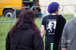 "Woman with ""Rudolf Heß"" shirt arrives."