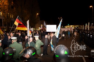 PEGIDA is blocked. An angry mob stands in the middle of riot police forces and tries to push out. Left activists block the route.
