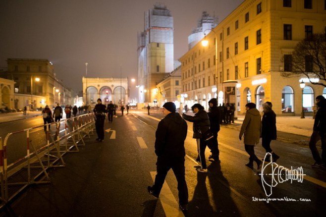 Neo-nazis depart early from PEGIDA to move towards the historically very charged Feldherrnhalle. Munich police departement intervenes their thrive to pose - once again - on the building where Hitler made SS-soldiers pledge allegiance.