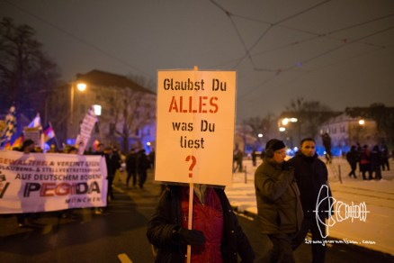 """""""Do you believe in everything you read?""""-sign carried by Birgit Weißmann - whilst cussing at photographers to be """"Zecken"""""""