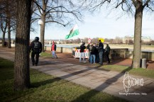 Groups of PEGIDA participants show up next to demonstration and flee closer to the river bed.