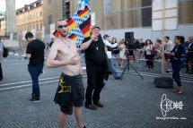 PEGIDA participant takes shirt off and insults journalists