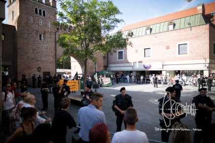 Square in front of Ländertor blocked for neonazis.