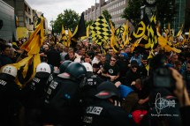 Police blocks a road - Identitarians push into police. This ends in clashes.