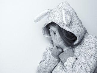barn pige græder ked af det trist