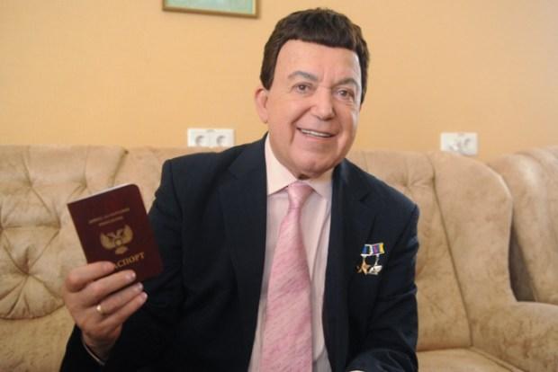Иосиф Кобзон с паспортом Донецкой Народной Республики