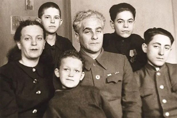 Иосиф Кобзон с мамой Идой Исаевной, отчимом Михаилом Михайловичем и братьями Исааком, Иммануилом и Львом