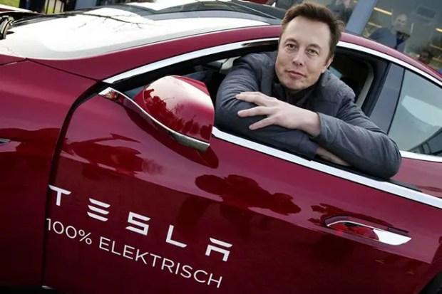Илон Маск и электромобиль «Tesla Roadster»