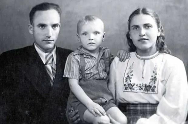 Александр Кайдановский в детстве с родителями