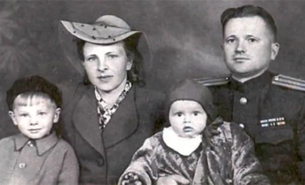 Юрий Антонов в детстве с семьей