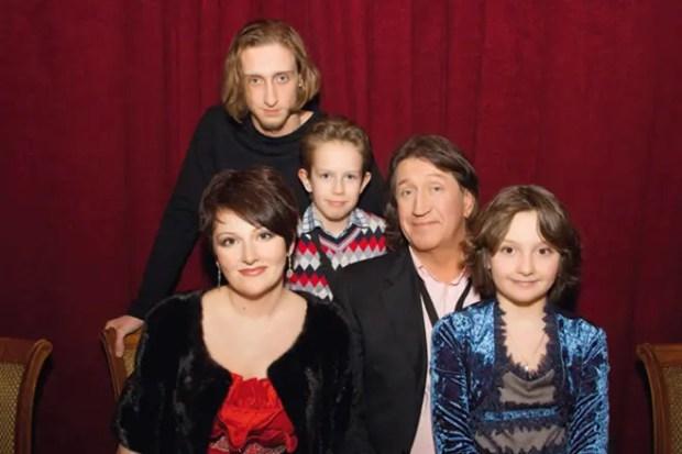 Олег Митяев с женой и детьми
