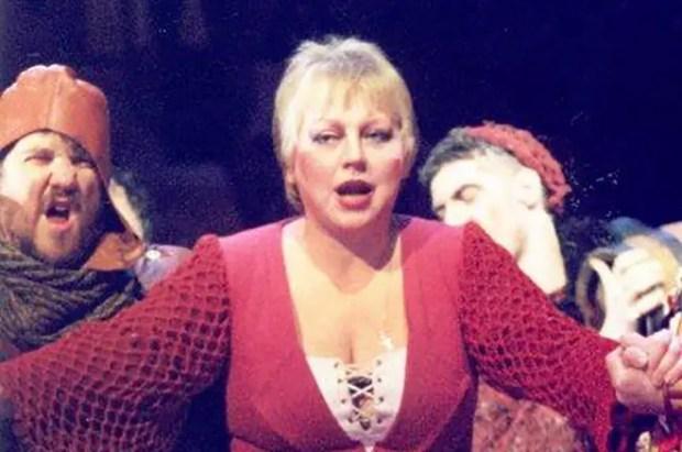 Светлана Крючкова в спектакле «Мамаша Кураж и ее дети»