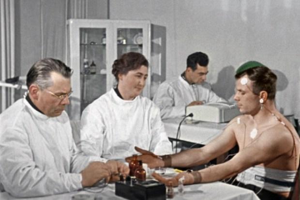 Юрий Гагарин на приёме у врача