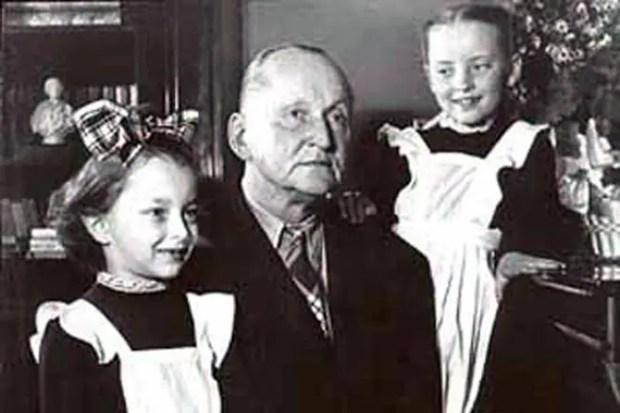 Анастасия Вертинская в детстве с отцом и сестрой