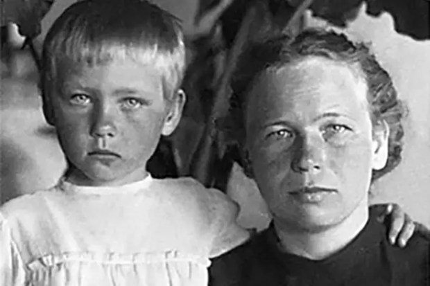 Ия Саввина в детстве и ее мама