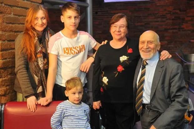 Николай Дроздов с женой, дочерью Еленой и внуками