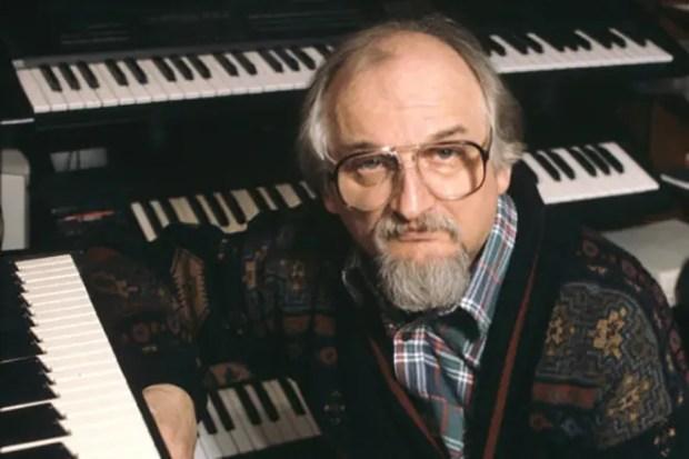 Геннадий Гладков за фортепиано